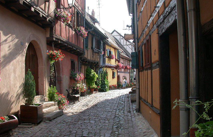 Mittelalterliche Ortschaft Eguisheim – eines der Highlight der Elsässischen Weinstrasse (Bild: Mschlindwein, Wikimedia, CC)