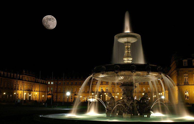Schlossplatz Stuttgart bei Nacht (Bild: Fanndian, Wikimedia, CC)