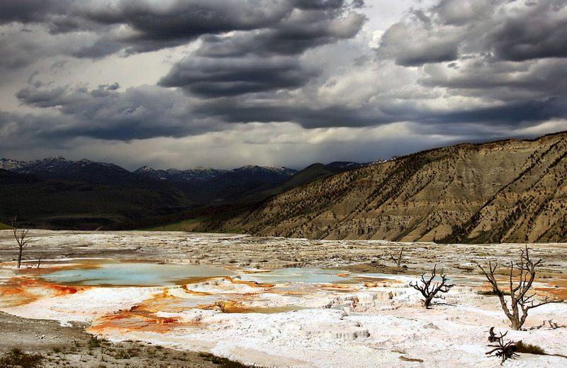 Mammoth Hot Springs im Yellowstone-Nationalpark (Bild: Brocken Inaglory, Wikimedia, CC) USA Reise