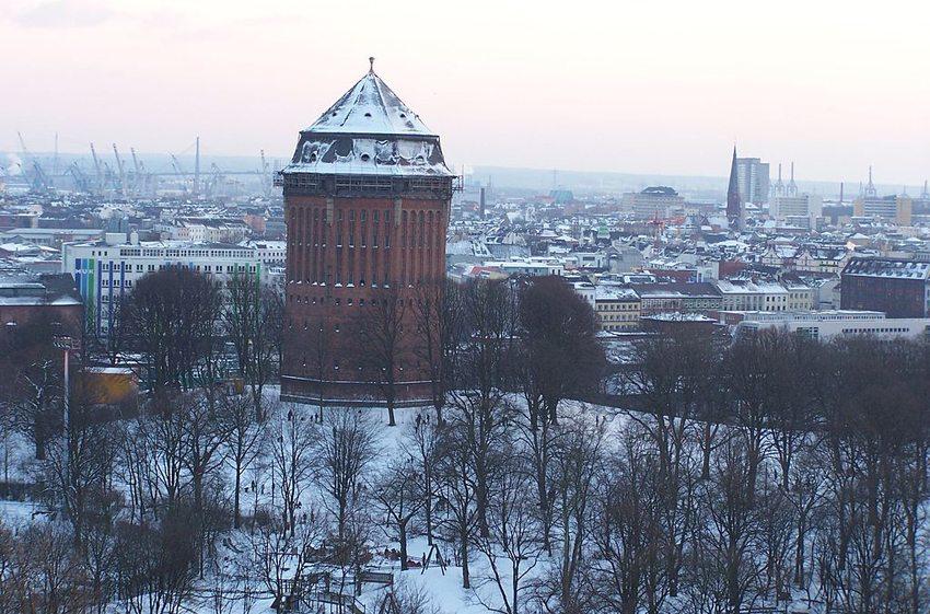 """Im Wasserturm im Schanzenparkbefindet sich heute """"Mövenpick Hotel Hamburg"""" (Bild: Gunnar Ries, Wikimedia, CC)"""