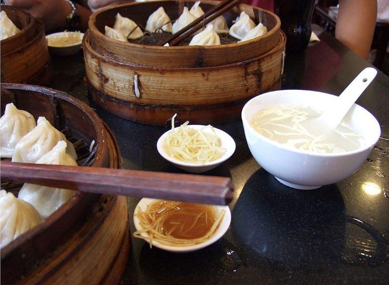 Xiǎolóngbāo, Speialität von Schanghai, sind kleine mit Fleisch und Brühe gefüllte Teigtaschen (Bild: Eason Lai, Wikimedia, CC)
