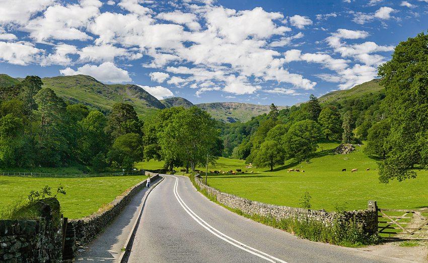 Strasse A591 zwischen Ambleside und Grasmere im Lake District (Bild: DAVID ILIFF, Wikimedia, CC)