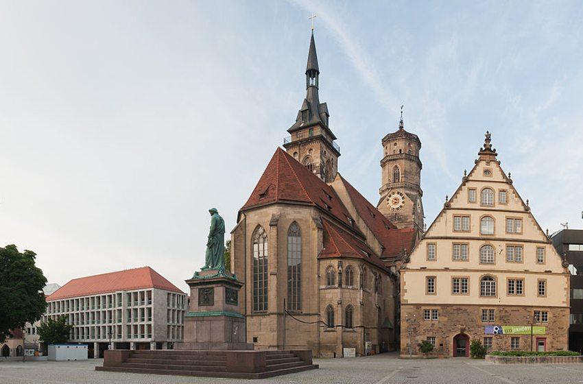 Schillerplatz mit der evangelischen Stiftskirche in Stuttgart (Bild: Julian Herzog, Wikimedia, CC)