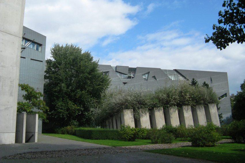 Jüdisches Museum Berlin mit Garten des Exils (Bild: Andi oisn, Wikimedia, CC)