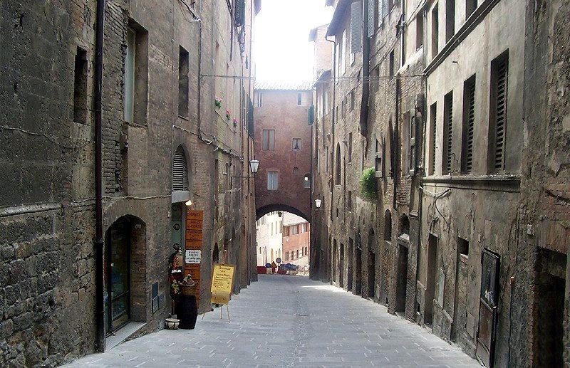 Via di Fontebranda in Siena (Bild: MarkusMark, Wikimedia)