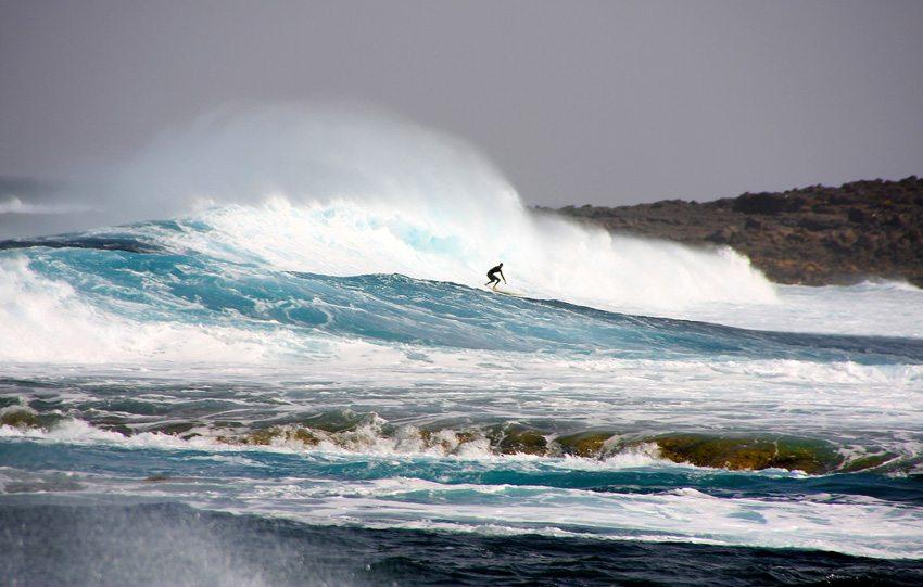 Surfer an der Westküste von Lanzarote (Bild: Albrecht E. Arnold  / pixelio.de)