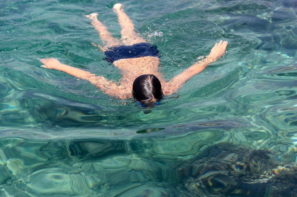 Ferienreise ins Ausland: für Kinder oft eine Belastung (©  twinlili  / pixelio.de)