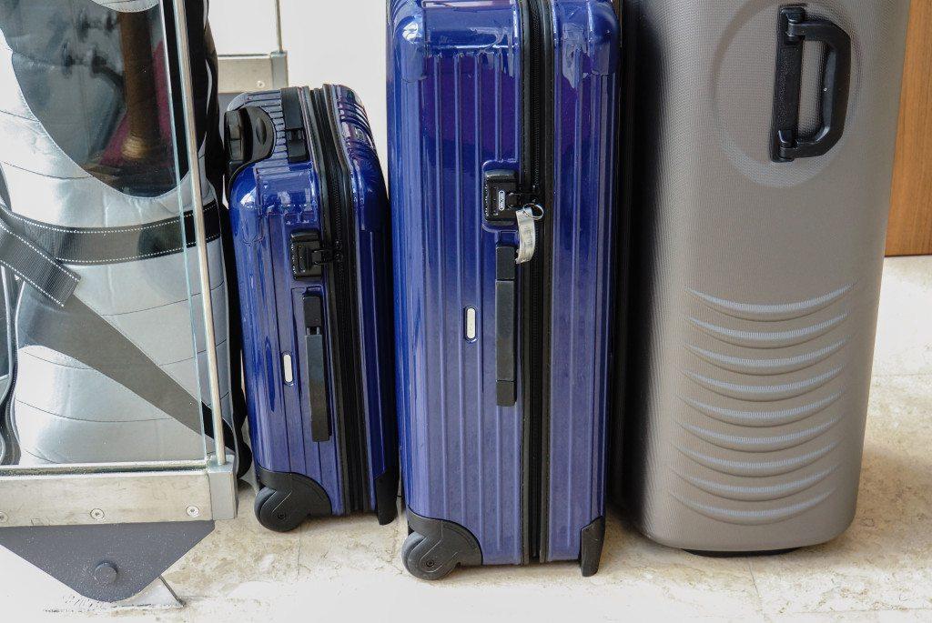 Optimal für knitterfreies Gepäck: Hartschalenkoffer in der passenden Grösse (© Rainer Sturm / pixelio.de)