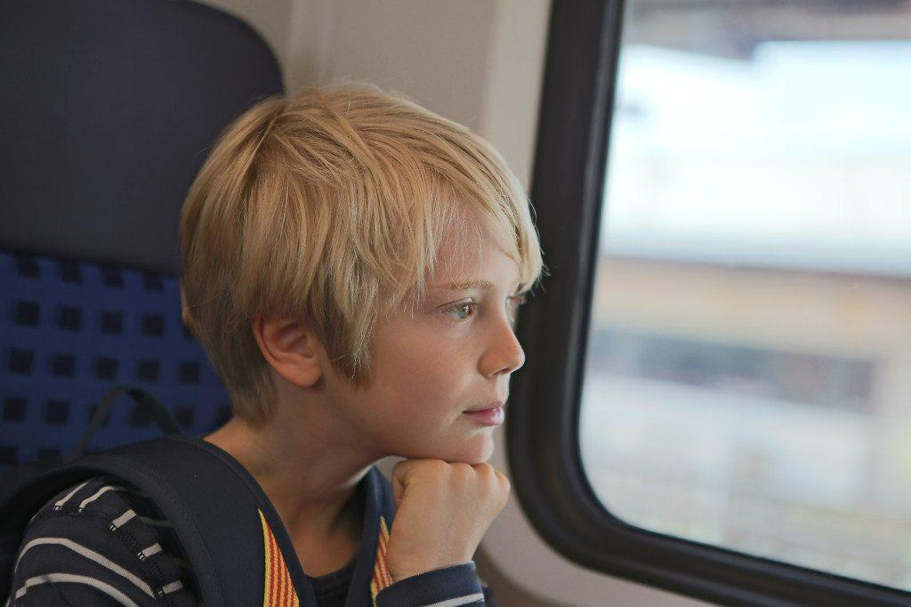 Allein im Zug unterwegs (© Daniel Kocherscheidt  / pixelio.de)