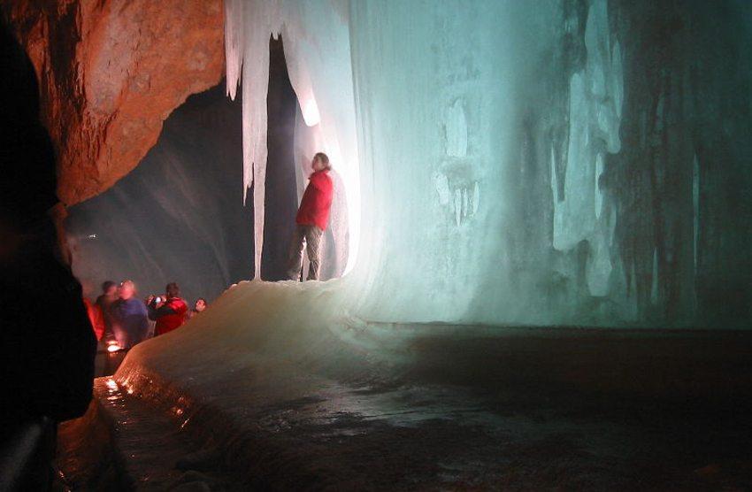 Auf der Entdeckungstour in der Eishöhle (Bild: Normand Roy, Wikimedia, CC)