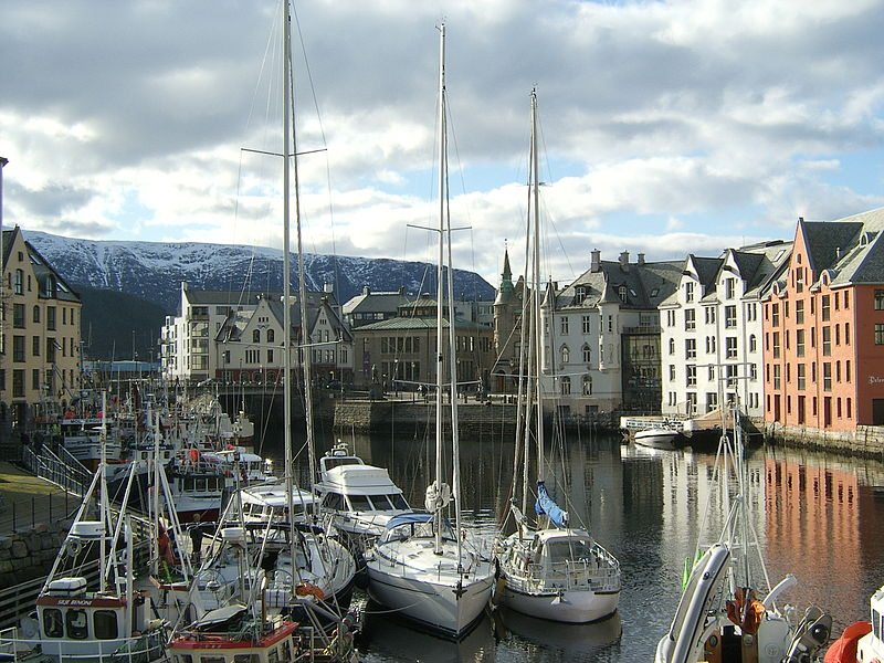 Stadthafen von Ålesund (© Rob Glover / Wikimedia / CC)