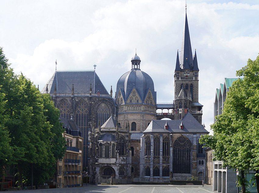 Aachener Dom vom Rathaus über den Katschhof (Bild: CaS2000, Wikimedia, CC)