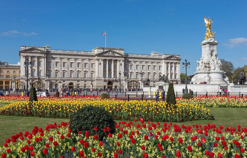 Im Buckingham Palace residiert die britische Königsfamilie. (Bild: DAVID ILIFF, Wikimedia, CC)
