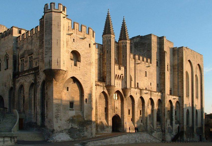 Vorderansicht des Papst-Palastes in Avignon (Bild: Chimigi, Wikimedia, CC)