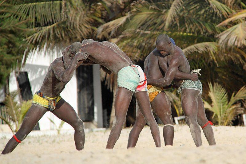 Volkssport mit großer Tradition unter den Männernist das afrikanische Wrestling. (Bild: gisela gerson lohman-braun, Wikimedia, CC)