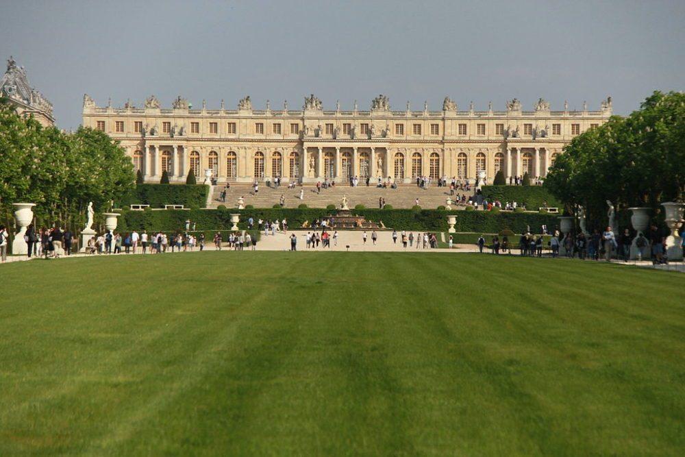 Blick von der Gartenanlage auf Schloss Versailles (© Cristian Bortes / Wikimedia / CC)