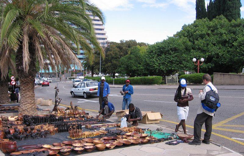 Strassenverkauf afrikanischen Kunsthandwerks und Schnitzereien in Windhoek (Bild: aj82, Wikimedia, CC)