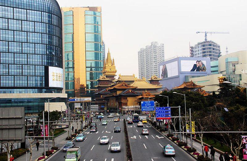 Jing'an Tempel inmitten der modernen Großstadt (Bild: MiLu24, Wikimedia, CC)