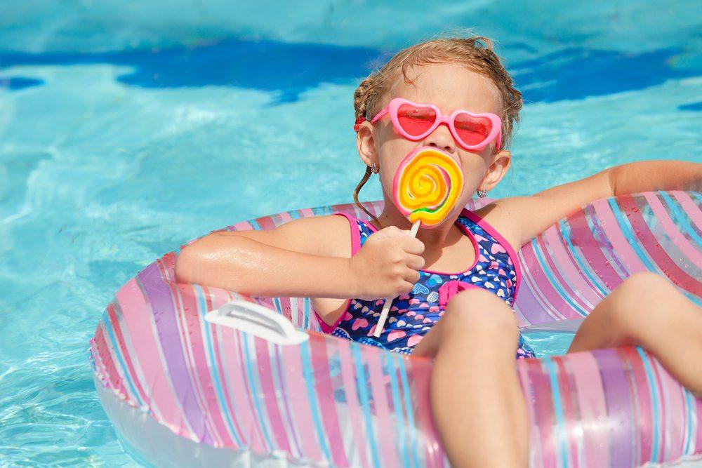 Im Kinderhotel ist alles für perfekte Familienferien ohne Kompromisse angerichtet. (Bild: altanaka / Shutterstock.com)