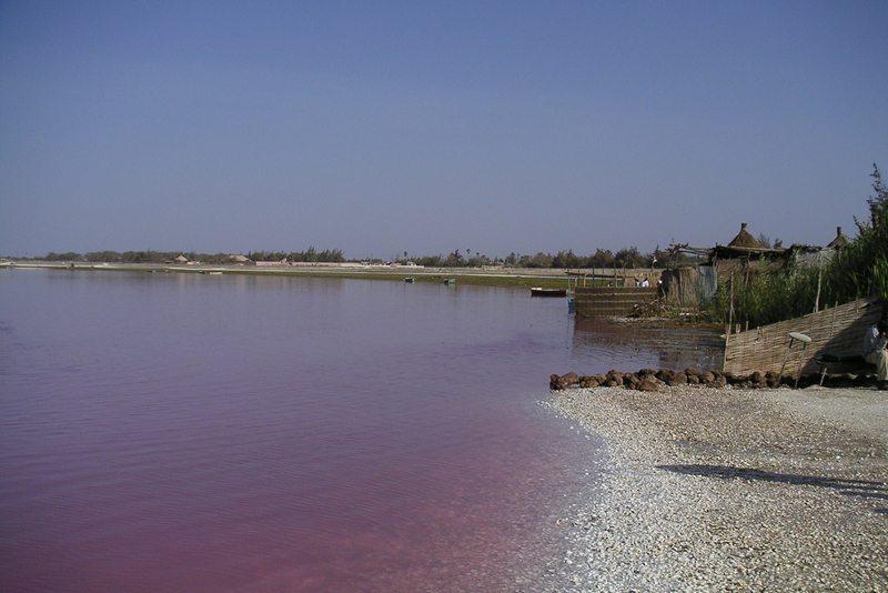 Lac Rose bei Dakar (Bild: Arnault, Wikimedia, CC) Ferien Afrika