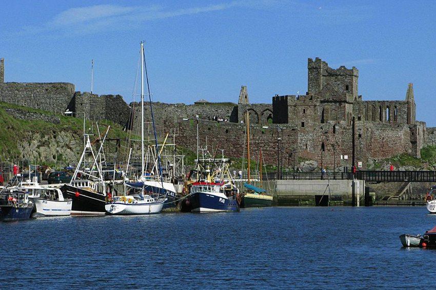 Peel Harbour , Isle of Man (Bild: Phil Sangwell, Wikimedia, CC)