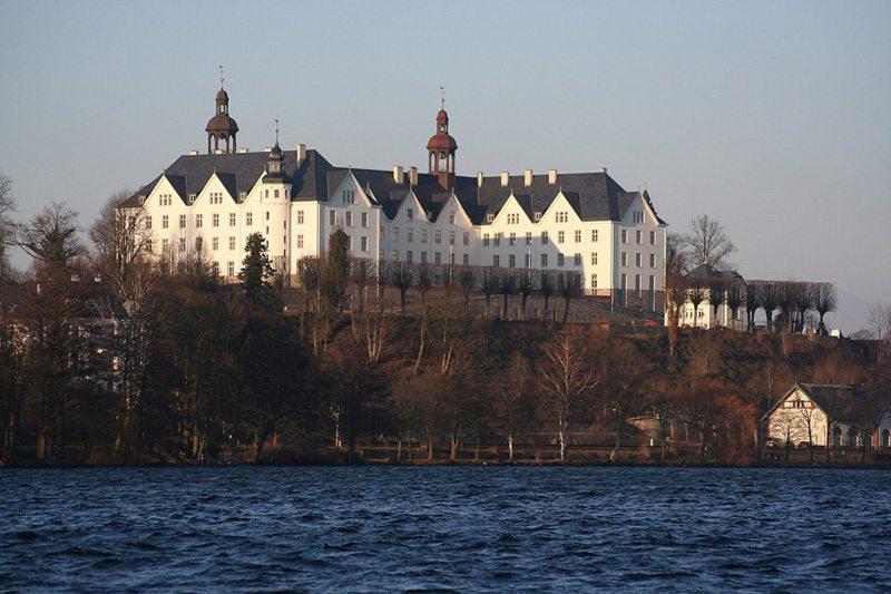 Das Plöner Schloss nach Beendigung der Renovierungsarbeiten 2005 (Bild: BunteNordlichter, Wikimedia, CC)