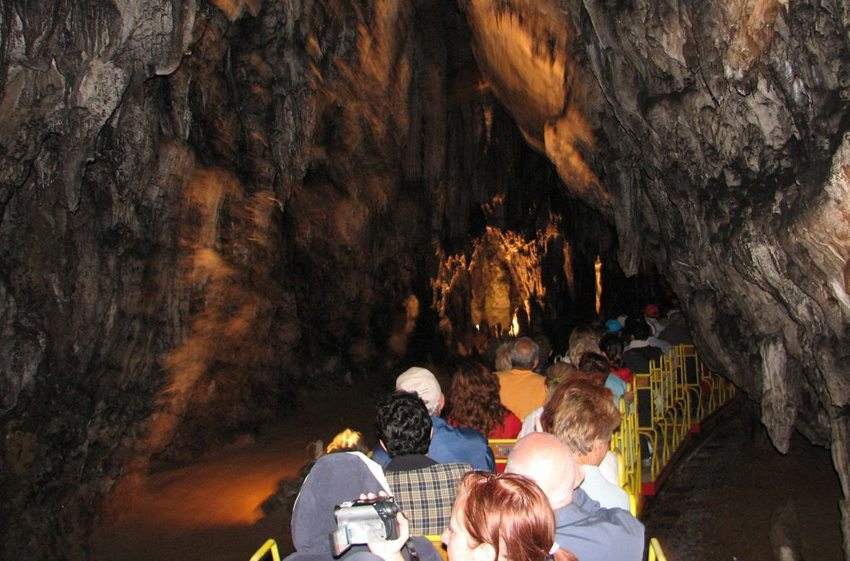 Höhlenbahn von Postojnska Jama (Bild: Cristian Raifura, Wikimedia, CC)