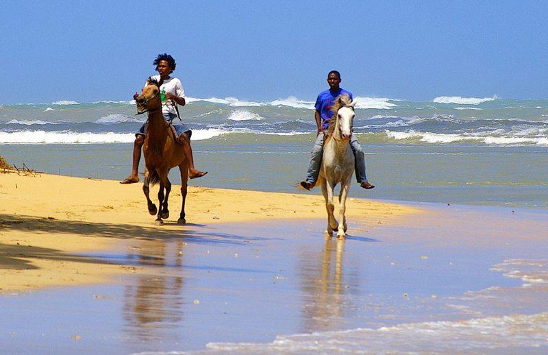 Reiter am Strand in Samana, Dominikanische Republik (Bild: Duca, Wikimedia, CC)