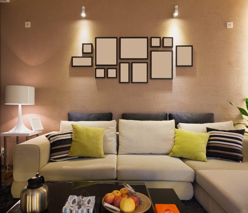 Eines der wichtigsten Möbelstücke im Wohnzimmer ist das Sofa. (Bild: robinimages2013 / Shutterstock.com)