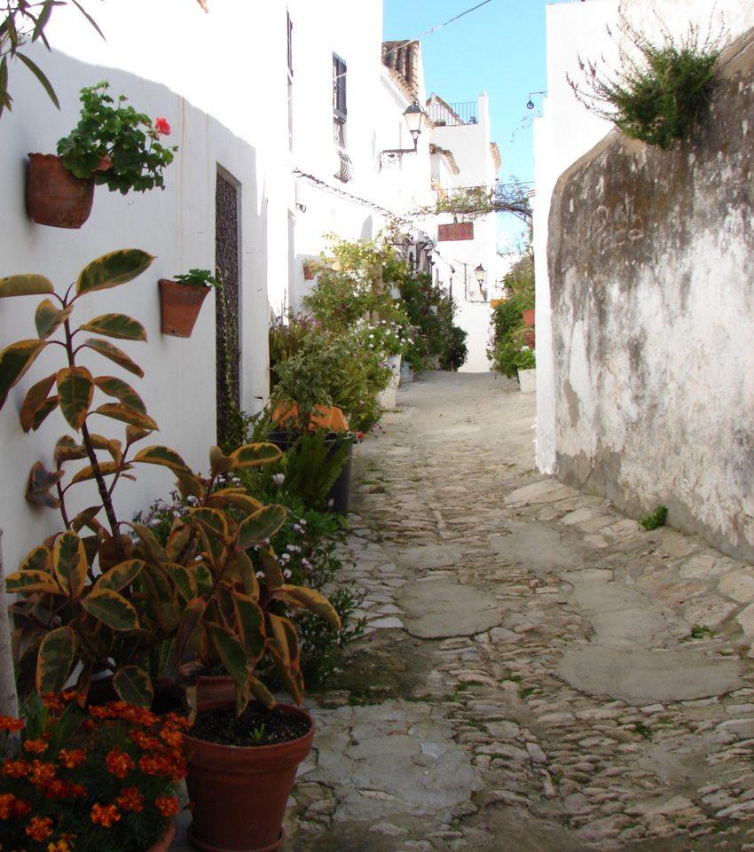 Strasse in Vejer de la Frontera (Bild: Sarah and lain, Wikimedia, CC)
