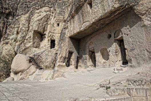 Höhleneingang in Cappadocia (Bild: © Pakhnyushchy - shutterstock.com)