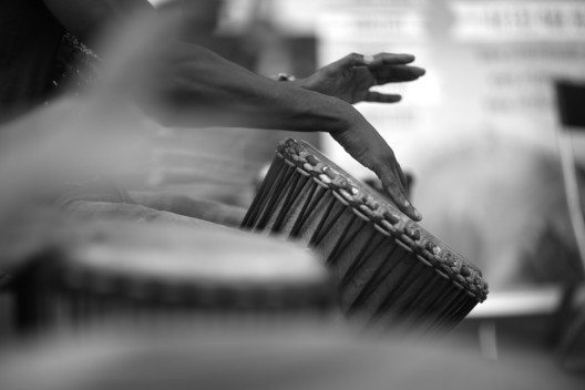 Einen Teil der Kultur Gambias erleben Sie, wenn Sie an einem mehrtägigen Trommelkurs teilnehmen und lernen, die Djembé zu spielen. (Bild: © Anna Jurkovska - shutterstock.com)