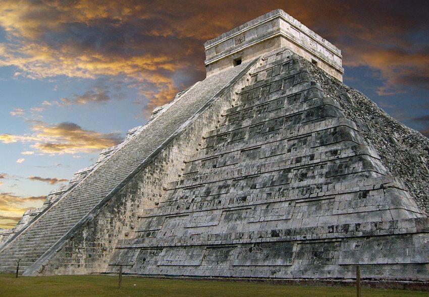 Pyramide des Kukulcán (Bild: Cocojorgefalcon, Wikimedia)