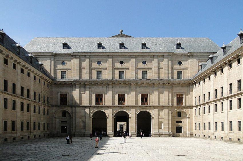 El Escorial – Innenhof. (Bild: Bernard Gagnon, Wikimedia, CC)