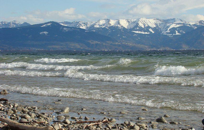 Wellen am Bodensee bei Nonnenhorn bei starkem Föhnwind (Bild: Olsine, Wikimedia) seen in der Schweiz