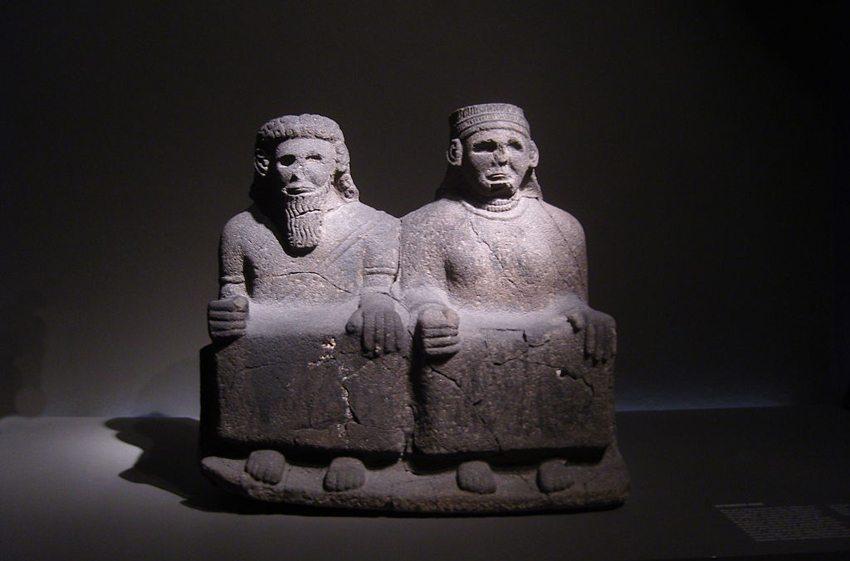 Sitzendes Paar – Tell-Halaf Skulptur (Bild: Z thomas, Wikimedia, CC)