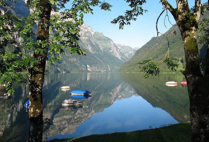 Spiegelung im Klöntalersee (Bild: Hb-mfb, WIkimedia, GNU) seen in der Schweiz
