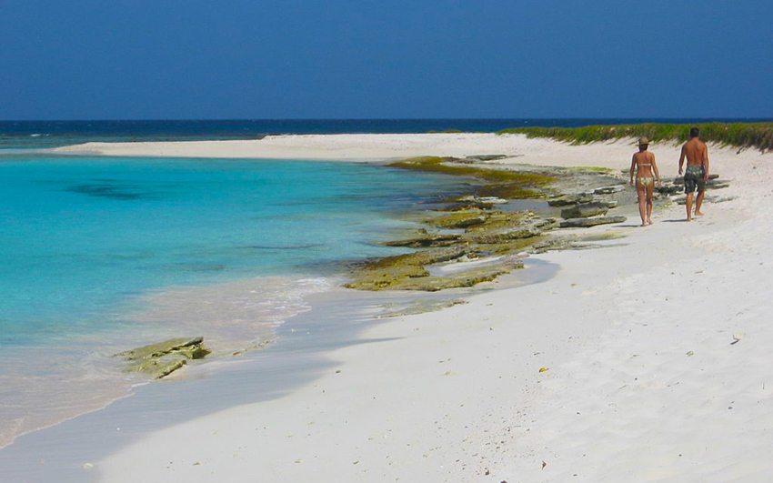 Spaziergang am Strand, Islas Los Roques (Bild: Procsilas Moscas, Wikimedia, CC)