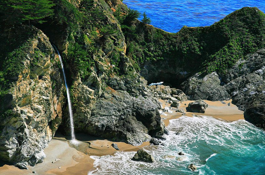 Big Sur - McWay Falls in Julia Pfeiffer Burns State Park (Bild: Brocken Inaglory, Wikimedia, CC) USA Reise