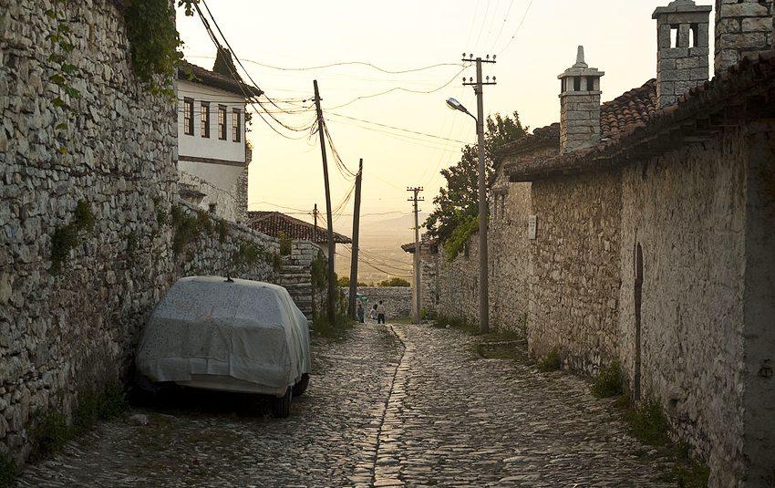 Gasse im Stadtteil Kalaja, Berat (Bild: Geoff Wong, Wikimedia, CC)