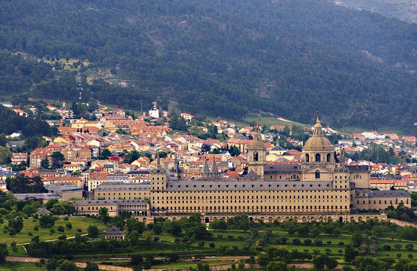 Distanzansicht mit Ort El Escorial (Bild: emeritense, Wikimedia, CC)