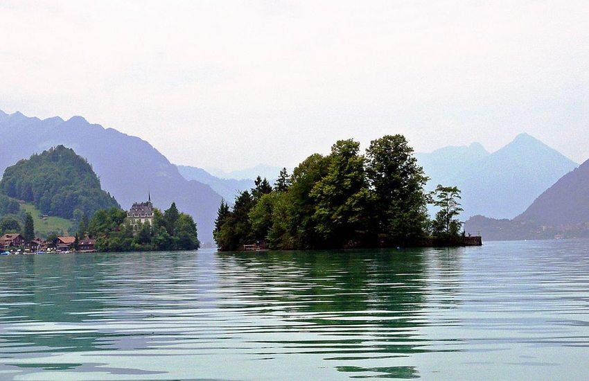 Schneckeninsel nordöstlich von Iseltwald auf dem Brienzersee vom Wasser fotografiert (Bild: Yesuitus2001, Wikimedia, GNU)