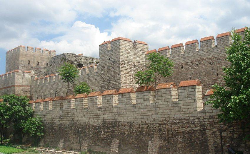 Restaurierter Abschnitt der Landmauer im heutigen Istanbul (Bild: Bigdaddy1204, Wikimedia, GNU)