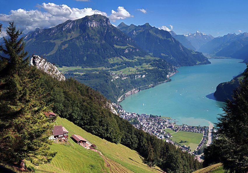 Brunnen am Vierwaldstätter See (Bild: Hannes Röst, Wikimedia, CC) seen in der Schweiz