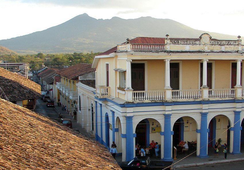 Der Vulkan Mombacho von Granada aus gesehen (Bild: Andarin2, Wikimedia, CC)