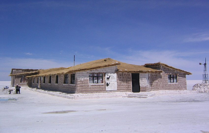 Salar de Uyuni – ein Hotel aus Salz gebaut (Bild: Phil Whitehouse, Wikimedia, CC)