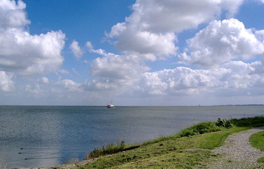 Sonnentag am Ijsselmeer (Bild: Erich Westendarp  / pixelio.de)