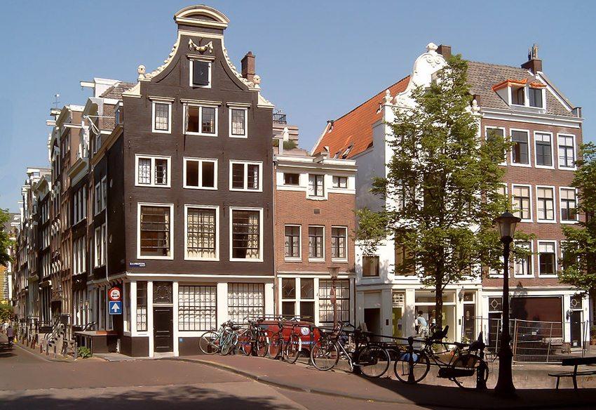 Grachtenhäuser in Amsterdam (Bild: Michielverbeek, Wikimedia, GNU)