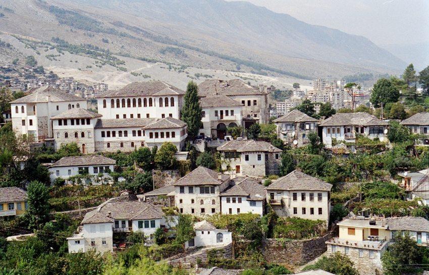 Blick auf die typischen Steingebäude Gjirokastras (Bild: Gjirokaster, Wikimedia, CC)