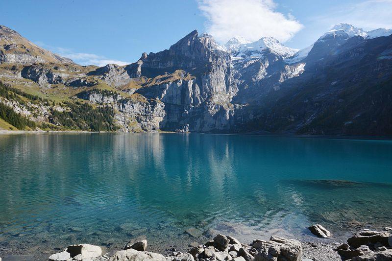 Der Oeschinensee ist ein faszinierender Bergsee - im Hintergrund Blüemlisalp und Fründenhorn. (Bild: © MichivomBerg, Wikimedia, CC0 1.0)